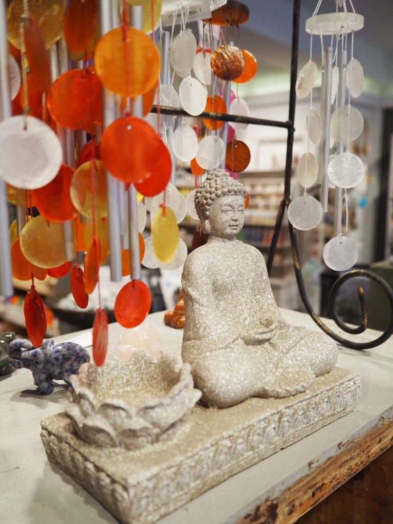 Figurer, sten og krystaller hos Natur & Trivsel.